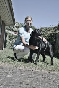 Tanja Petersen kom til Solrød Dyreklinik fra en stilling som dyrlæge på Frederiksberg, hvor hun arbejdede med familiedyr og havde akut vagtarbejde. Familiedyr er stadig en vigtig del af dyrlægens liv. Her ses hun med sin egen Labrador, Tjalfe på 11 år.
